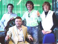 FAR社のスタッフ、左が担当のレオナルド、時代がとまったいでたちの社長マルコ、通訳のナディア、前で座るのが私です。