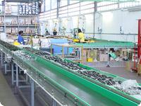 工場内では各メーカー向けの純正、それにアフターマーケット用のミラーがどんどん作られていた。