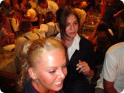 ドイツ・オクトーバーフェスタの会場内風景。ドイツ女性がベッピンでした。