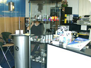 ドイツ・MV社事務所内の風景。喫茶店のような雰囲気を醸し出す、ちょっとおしゃれな空間になっています。