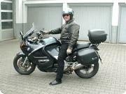 K1200RSにまたがっているのが、ドイツ・MV社のオーナー、ギュンター・バーホレン氏。根っからのBMWモトラッドファンです。