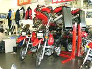 ガレージのデッドスペースを有効活用できる、イタリア・ティレ社製の「フルベルト」。写真はカツラダモータース店内で実際に使用している様子を撮影したもの。2台のR1100GSの真上にフルベルトに乗ったDUCATI SS800が見える。現在は販売中止となっているが、興味を持った方はKMAまでお問い合わせを。
