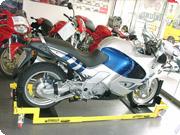 スピンバイカーズ社「モトレーロ」。長方形の鉄骨のコーナーに4つの台車がついており、重量級バイクを積載しても楽に移動できるシロモノ。ガレージ内で数台のバイクを保管していたり、車と共有しているケースで大活躍する。