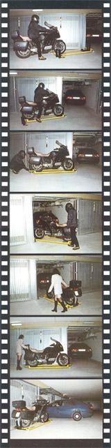 「モトレーロ」の使用例。バイクをモトレーロへ運んだ後、スライドするように動かせば狭いスペースにもピッタリと収めることが出来る。女性でも簡単に移動できるので、バイクの奥に止めた車を出すときでも楽に行える。ガレージを最大限に利用できるだろう。